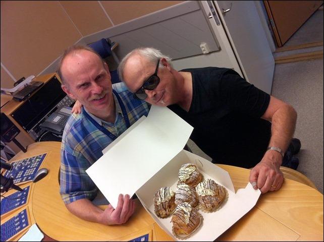 Tekniker Ove Jönsson, en kartong med Wienersemlor från Hagarbagaren och jag