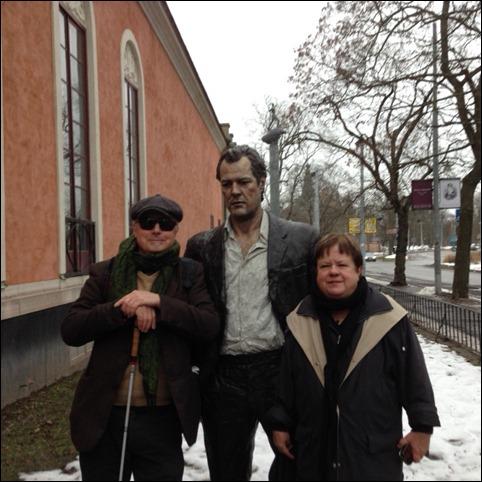Jag och Ulla med staty