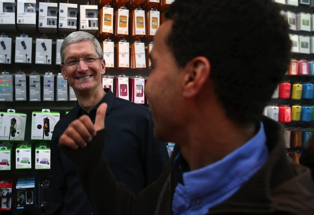 iphone-5s-launch-tim-cook-thumbs-up