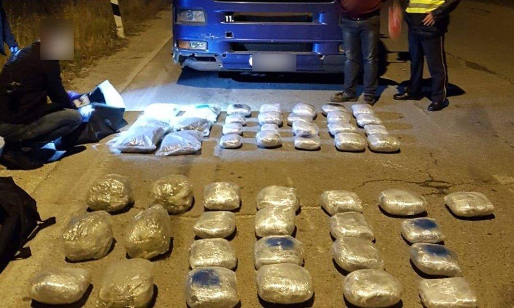 50 килограми марихуана запленети во акција на МВР на патот Прилеп-Градско – возачот нудел мито да не го претресуваат