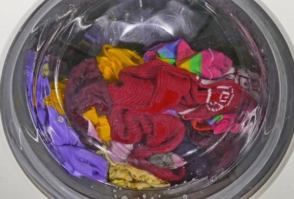 كيفية تنظيف الملابس من اختلاط الالوان طريقة