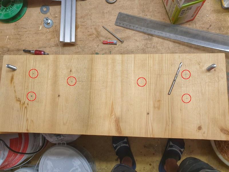 Trainingsboard-Montage: Grundplatte mit Markierungen der Bohrungen für die Wandbefestigung