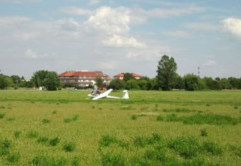 Lądowanie szybowca na polu PGR