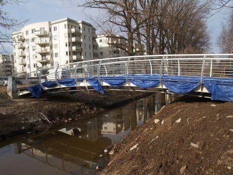 Mostki będą wyglądały podobnie do tego na ul. Przy wodzie. Tutaj jeszcze w czasie budowy