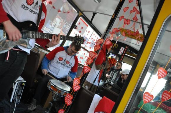 Zespół Propabanda gra w autobusie na Targówku podczas finału WOŚP 2013 /fot. MZA