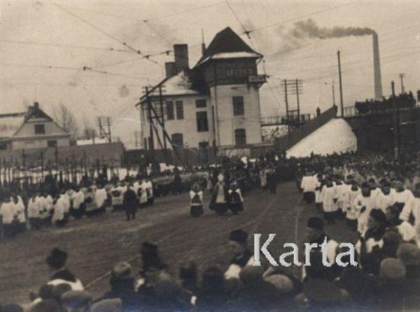 Kondukt żałobny z trumną Romana Dmowskiego na zdjęciu ośrodka Karta