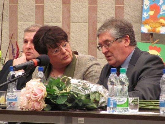 Ex-burmistrz Grzegorz Zawistowski i bukiet kwiatków, które dostał na pocieszenie /fot. targowek.info