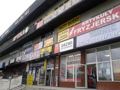 """Koszmarne """"Centrum handlowe"""" przy ul. Kondratowicza /fot. targowek.info"""