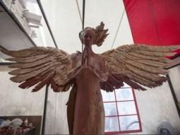 Rzeźba Anioła jeszcze przed złoceniem /fot. Muzeum sztuki Nowoczesnej