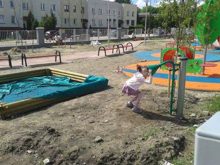 Dzieci bawią się na placu budowy, dorośli to bezkrytycznie obserwują