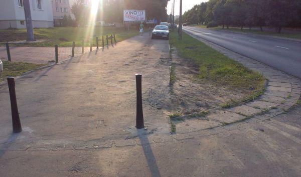 Chodnik mimo słupków zastawiony samochodami / fot. targowek.info