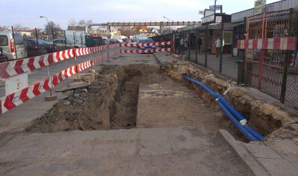 Tak wyglądał wykop po awarii przy bazarku / fot. targowek.info
