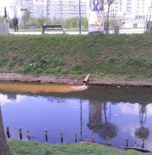 Spust brudnej wody do Kanału Bródnowskiego / foto Andrzej Kasprzyk na Facebooku