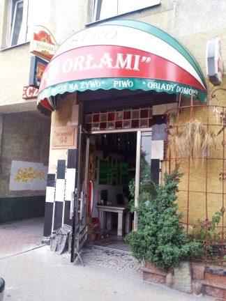 Wejście do lokalu na ul. Smoleńskiej, blisko skrzyżowania z Wincentego