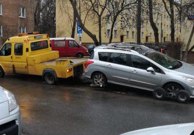 Wielka akcja służb – wywożą zaparkowane samochody z głównych ulic Bródna