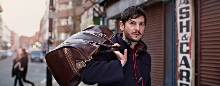 Mann trägt Duffle bag