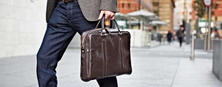 Laptoptasche getragen von Business Mann