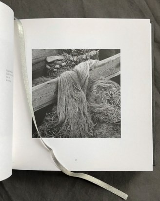 pumpuliverkot harmaassa puulaatikossa ja lukunauha