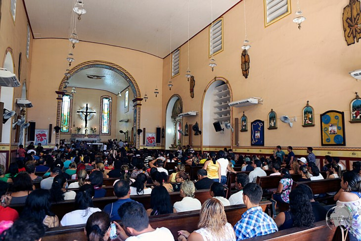 A congregation celebrating mass at the Catedral Metropolitana de Santarém.