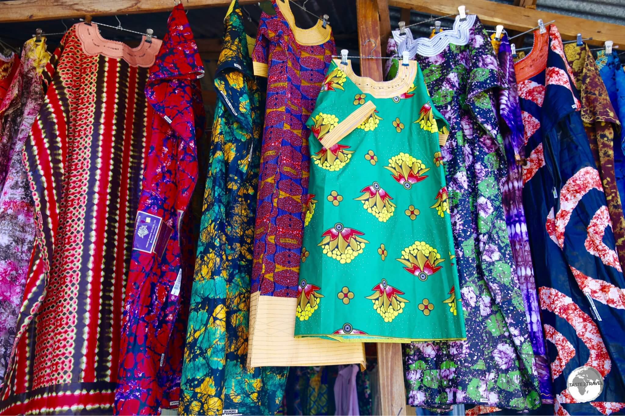 Like their African sisters, the Mahorais woman wear colourful clothing made from African wax printed fabrics.