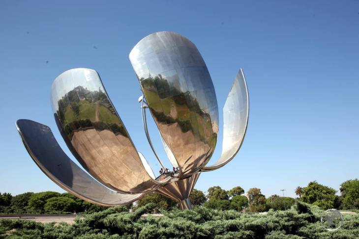 Located in Plaza de las Naciones Unidas in Buenos Aires, 'Floralis Genérica' is a sculpture made of steel and aluminium which was a gift to the city by the Argentine architect Eduardo Catalano.