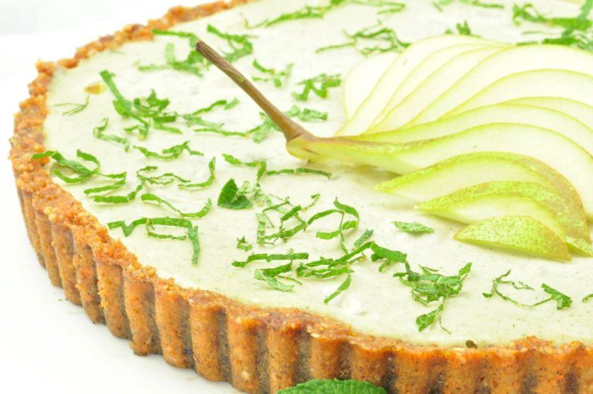 Raw_cake_with_pear_and_cashew_raw_fika_closeup