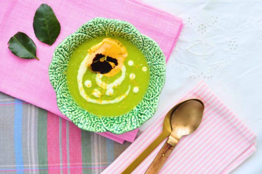 Summer-like green pea soup with lemon