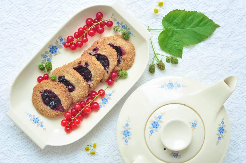 Crunchy_cookies_with_ jam_and_coffee_1