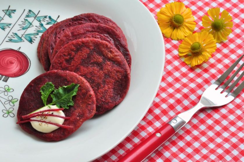Mini_pancakes_with_beetroot_and_sauce_with_horseradish_3