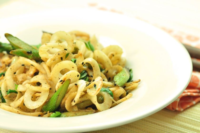 Noodles_with_asparagus_and_pakchoi_closeup