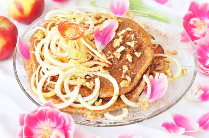 Stacked_pancakes_with_ginger_filling_and_twisted_apple_3