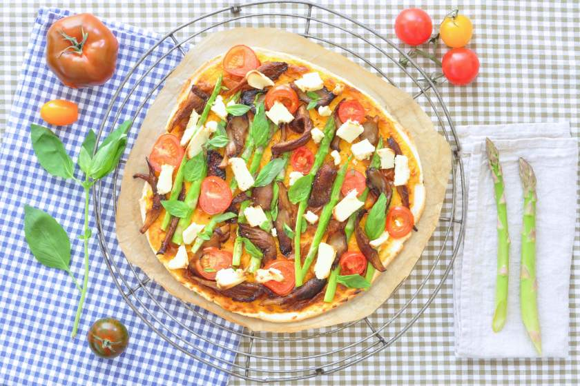 Cassave_pizza_met_kaassaus_en_groenten