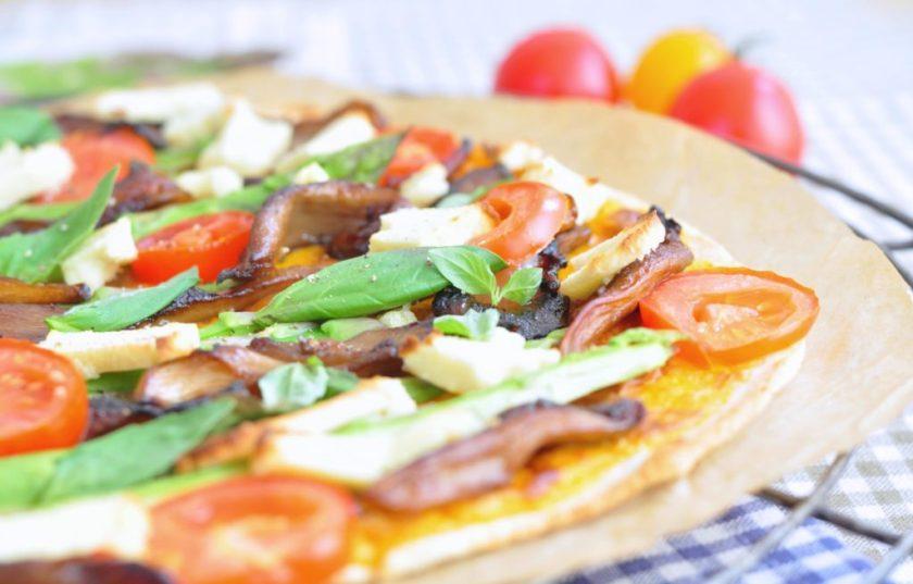 Cassavapizza_med_ostsås_och_grönsaker_1