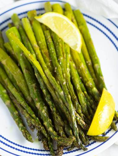 Lemon Roasted Asparagus with lemon slices