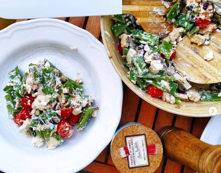 Ketogener Sommersalat mit Ziegenfrischkäse und Breiten Bohnen