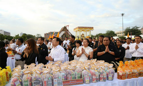New-Year-merit-makeing-at-Sanam-Luang-5-500x300