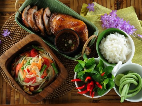 Sharing-is-giving-in-Thai-food-culture-Som-Tam-With-Khao-Niaw