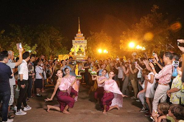 Loi Krathong Festival 2017 at Bangkok's Santi Chaiprakan Park