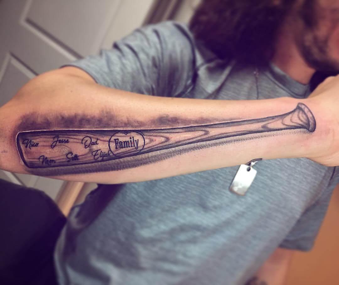 Tattoo Baseballschläger auf dem Arm