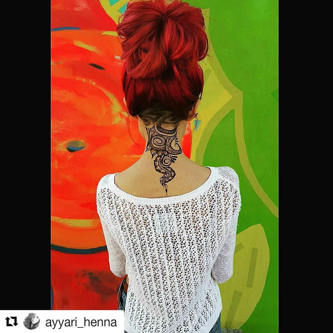 Tattoo Henna auf dem Hals
