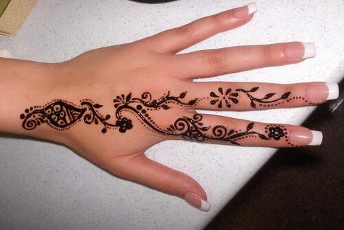 Tattoo Henna auf Finger und Hand