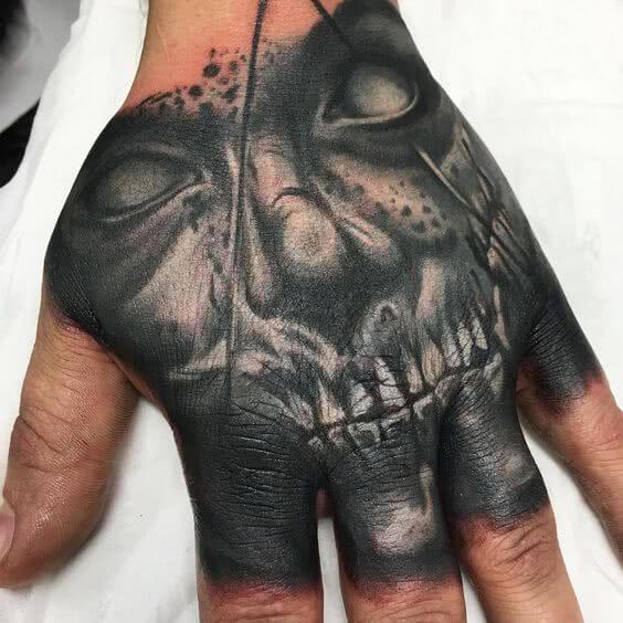 Tattoo Horrortattoo auf der Hand