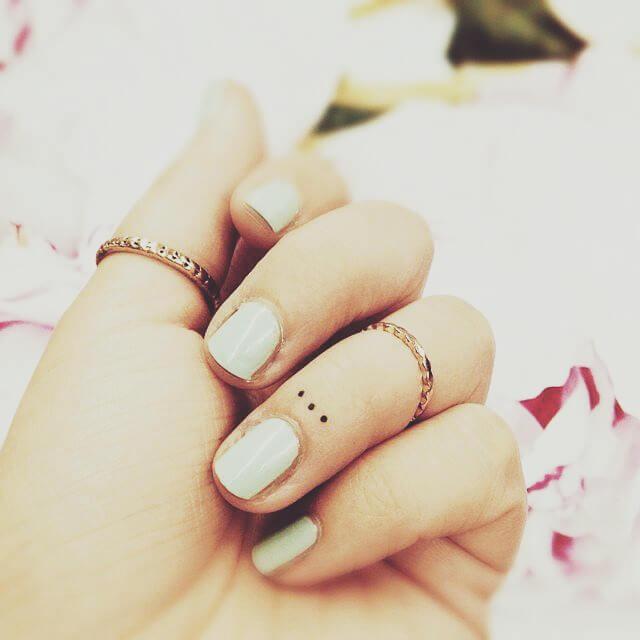 Tattoo Kleines Tattoo Dreo Punkte auf dem Finger