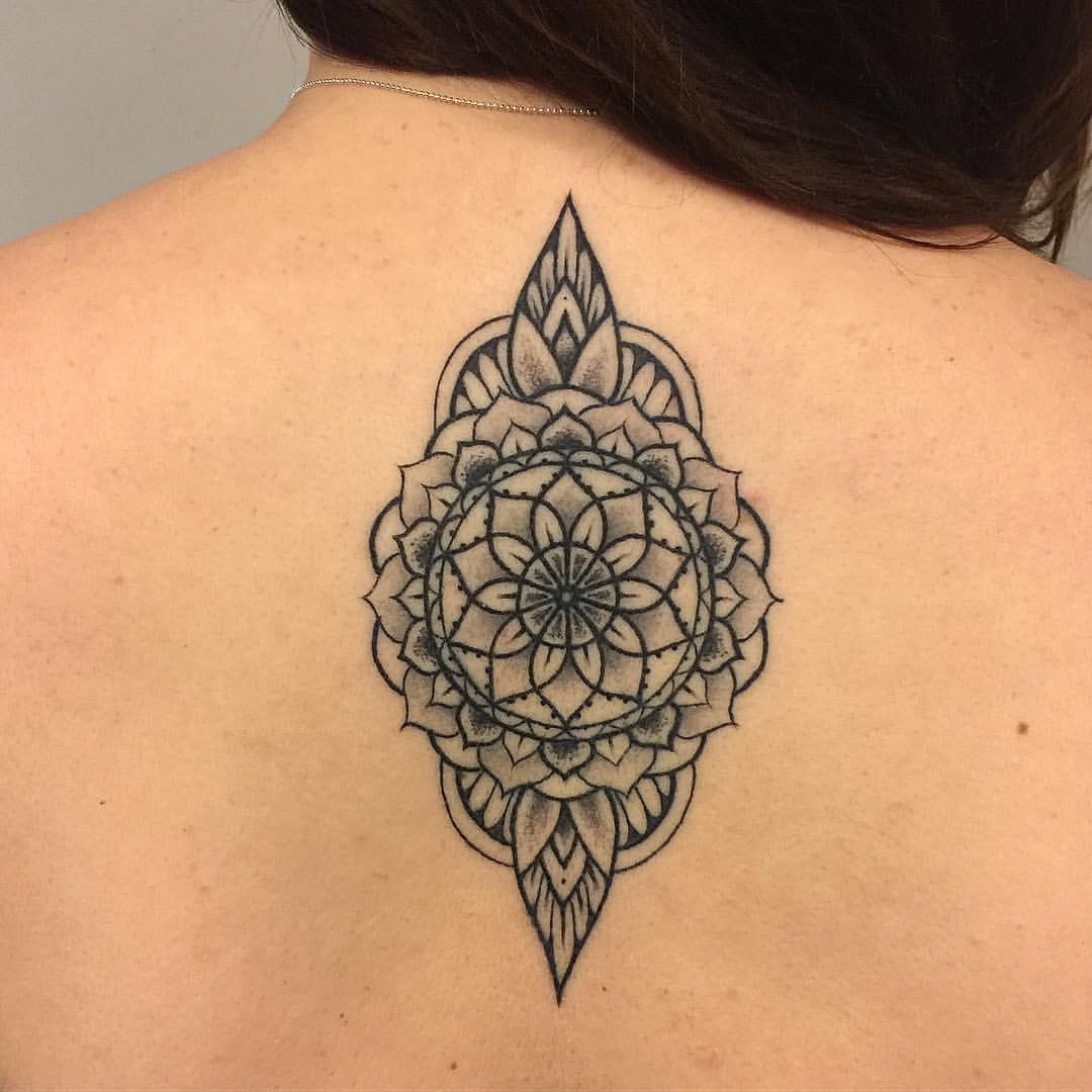 Tattoo Lineart Mandala auf dem Rücken