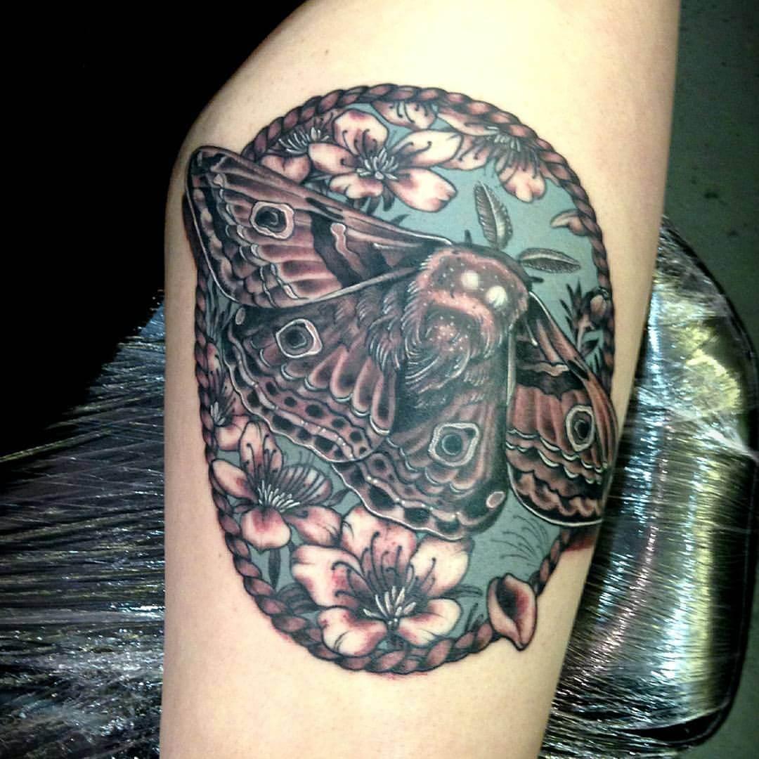 Tattoo Motte mit Blumen