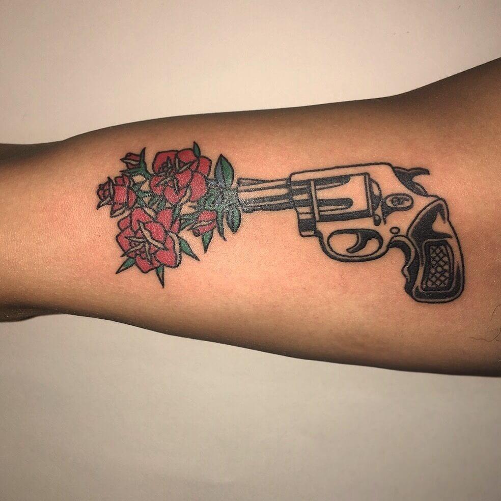 Tattoo Pistole mit Blumenstrauß