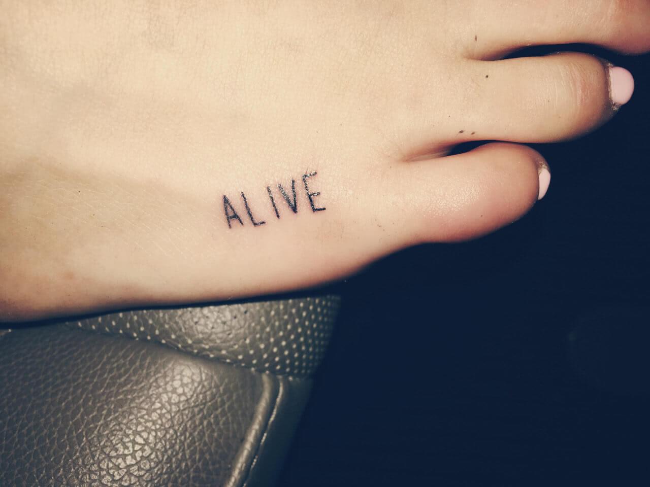 Tattoo Schrift Alive