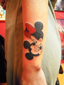 Minnie besando a Mickey Mouse