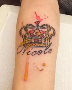 Corona y Nombre estilo Acuarelas por Borà Tattoo Studio