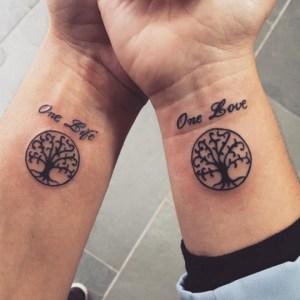 Frase: One Love – One Life y Árbol